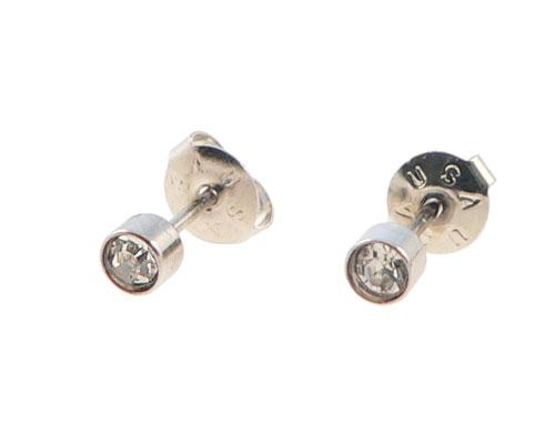 Se mere om små ørestikker i sølvfarve med hvide sten. i web-butikken