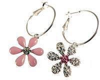 Se mere om Runde øreringe med pink blomstervedhæng i web-butikken