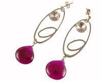 Se mere om Lange øreringe med klar sten og lilla dråbe formede vedhæng i web-butikken