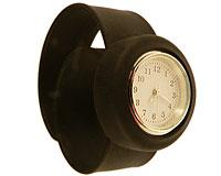 Se mere om Bredt silikone armbåndsur i sort farve  i web-butikken