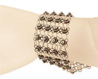 Se mere om Flot bred sølvarmbånd med blomstervævning i web-butikken