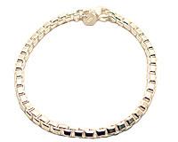 Se mere om Kraftigt sølvarmbånd med firkantet kæde i web-butikken