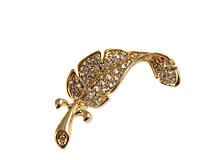 Se mere om Broche af guldfarvet blad med hvid sten som blade i web-butikken
