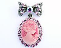 Se mere om Broche i sølvfarve med ovalt motiv af lyserød dame i web-butikken