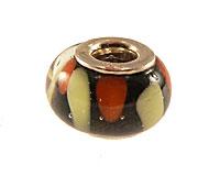 Se mere om Charms fra Tomato med håndmalet glasperle i sort farve med rødlig og sandfarvede flager i web-butikken
