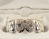Se mere om Grillz i sølv med kors og hvide zirkonia sten i web-butikken