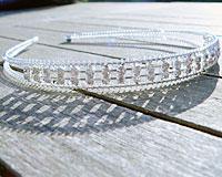 Se mere om Hårbøjle af sølv farvet metal med hvide sten i web-butikken