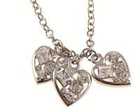 Se mere om Halskæde med tre hjerter med hvide sten i web-butikken