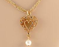Se mere om ENVY halskæde i guldfarve med hjerte vedhæng i web-butikken