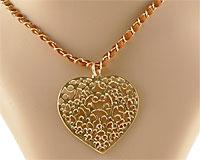 Se mere om ENVY halskæde i guldfarve med stort hjerte med flot mønster i web-butikken