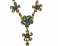 Se mere om ENVY halskæde med blomster i olivengrønne og turkise farver i web-butikken