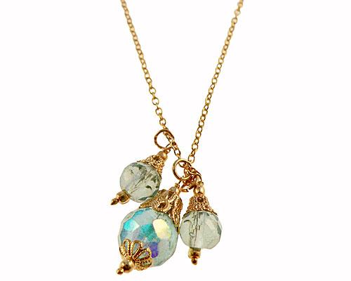 Se mere om lang guldfarvet halskæde med glasperler i lyseblå farve i web-butikken