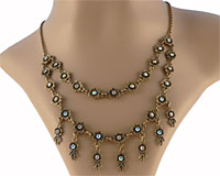 Se mere om ENVY halskæde med flotte blomster i web-butikken