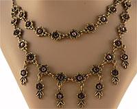 Se mere om ENVY halskæde i lilla sten med flotte blomster  i web-butikken