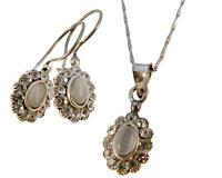 Se mere om Halskæde sæt med øreringe af 925 sølv i hvid og små klare sten i web-butikken