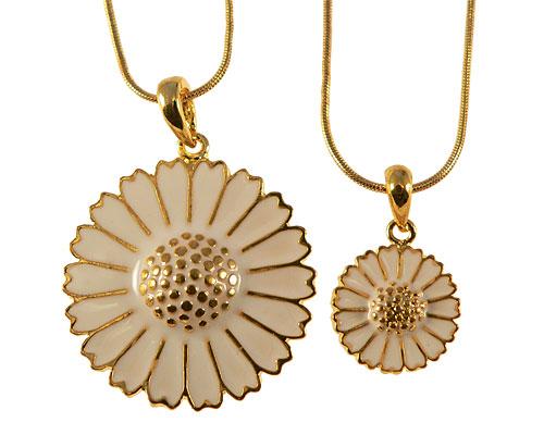 Se mere om halskæde med marguerit i guld og hvid farve i web-butikken