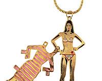 Se mere om Lang gulfarvet halskæde med pige i bikini i web-butikken