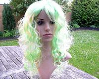 Se mere om Festparyk med syntetisk afbleget grønt hår i web-butikken