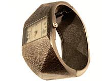 Se mere om Flot og stort armbåndsur med mørkebrun riflet armbånd i web-butikken