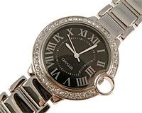 Se mere om Sølvfarvet Omxus smykkeur med hvide sten og rund urskive i sort i web-butikken
