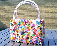 Se mere om Meget funky farverig taske. Lavet af 100% genbrugsmaterialer. 14 cm i højden og 22 cm i længden. i web-butikken