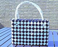 Se mere om Meget smuk funk taske i sort og hvid. Laver af 100% genbrugs materialer. 14 cm i højden og 22 cm i længden. i web-butikken