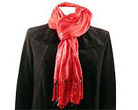 Se mere om Aflangt tørklæde i rød farve med sølvtråde i web-butikken